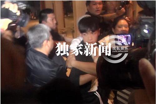 Kha Chấn Đông xung đột với phóng viên sau khi được thả-8