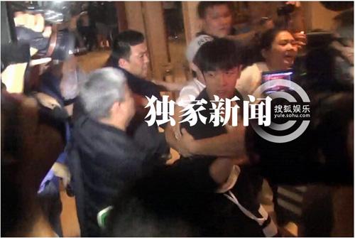 Kha Chấn Đông xung đột với phóng viên sau khi được thả-9