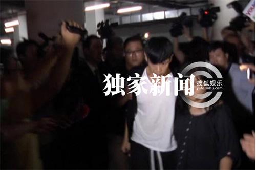 Kha Chấn Đông xung đột với phóng viên sau khi được thả-4