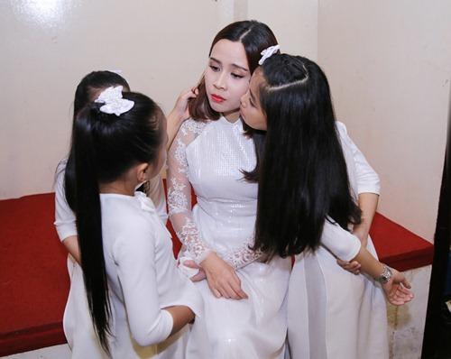 Lưu Hương Giang được học trò chăm chút trong hậu trường-3