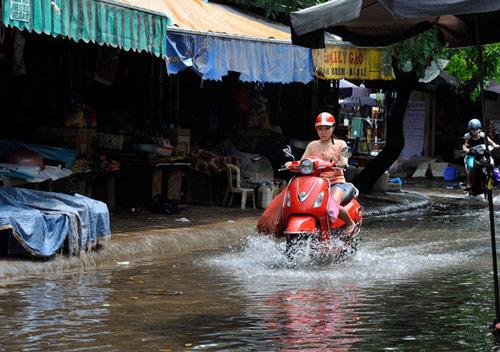 Hà Nội mưa dông lớn, đề phòng ngập lụt-1
