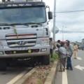 Tin tức - Xe máy bị nghiền nát dưới gầm xe tải