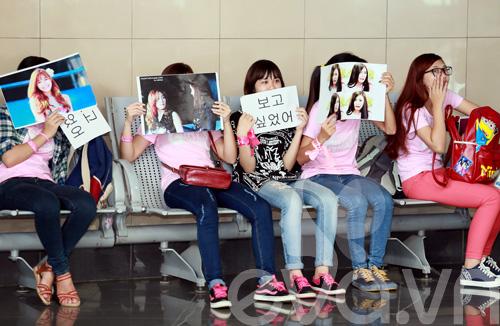 fan cuong snsd xep hang dai o san bay cho than tuong - 7