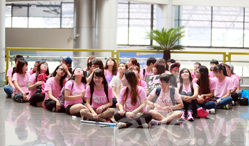 fan cuong snsd xep hang dai o san bay cho than tuong - 8