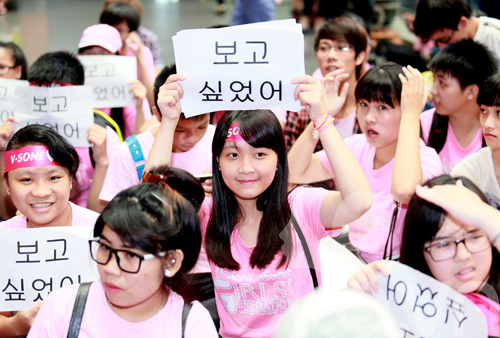 fan cuong snsd xep hang dai o san bay cho than tuong - 11
