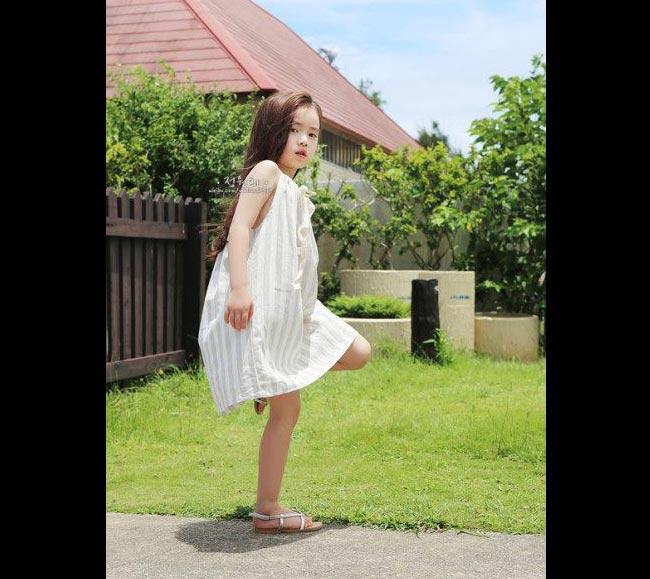 """Jeong Wonhee đã không là cái tên xa lạ trong làng mẫu nhí Hàn Quốc cũng như cộng đồng Ulzzang (một nhóm nhữngcô bé, cậu bé có vẻ bề ngoài xinh xắn, vượt trội do người hâm mộ bầu vào). Sinh năm 2007, năm nay mới chỉ 7 tuổi nhưng Wonhee đã đượctruyền thông Trung Quốc rất chú ý vì vẻ xinh đẹp và đáng yêu. Các trang báo Trung Quốc đồng loạt gọi cô bé là """"thiên thần nhí của xứ củ sâm"""" từ cách đây vài năm."""
