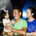 Làng sao - Vợ chồng Jennifer Phạm bế con gái ra Hà Nội