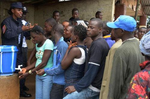 who khuyen dung mau cua nguoi song sot de tri ebola - 2