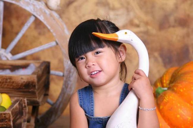 Ở nhà mọi người gọi con là Suly nhưng tên thật của con là Nguyễn Kim Hoàng Oanh. Con rất thích uống sữa và thích làm duyên làm dáng để cho mẹ chụp hình.