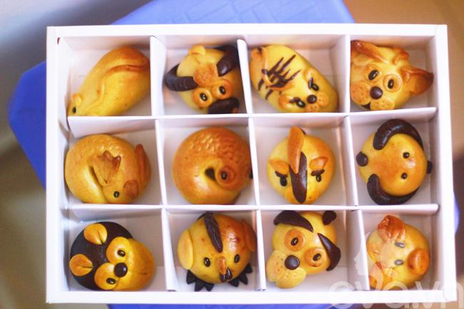 Những chiếc bánh Trung thu với các hình thù con vật xinh xắn và ngộ nghĩnh luôn được trẻ nhỏ ưa chuộng vì thế, mặt hàng bánh này rất đắt khách. Trong đó, bánh Trung thu 12 con giáp gây ấn tượng vì bánh đẹp hơn nữa rất khó làm.