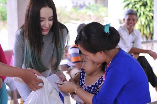 angela phuong trinh vuot nui tham tre khuyet tat - 3