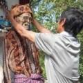 Tin tức - Nghi lễ đào xác chết, tắm rửa và dẫn về nhà