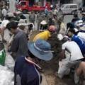 Tin tức - Vụ bé trai rớt cống: Hàng trăm người chặn dòng chảy