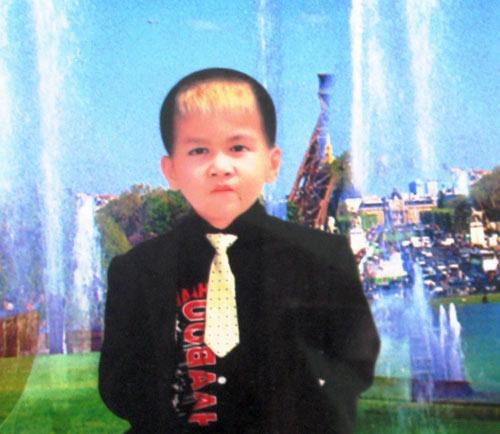 tim thay thi the be trai 9 tuoi bi nuoc cuon xuong cong - 1
