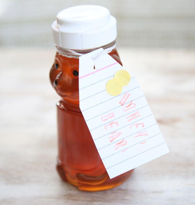 Cách đơn giản nhất để sử dụng mật ong là dùng mật ong như sữa rửa mặt. Mật ong sẽ giúp bạn đánh bay những đốm mụn cả mụn bọc lẫn mụn cám. Đơn giản, rửa mặt bằng nước sạch một lần, sau đó xoa mật ong khắp mặt rồi lấy tay cọ xát như khi rửa mặt, cuối cùng rửa lại bằng sữa rửa mặt lần nữa...