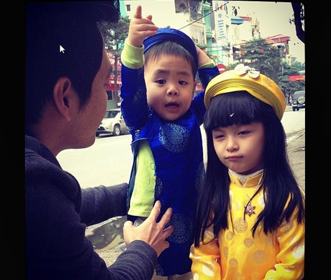 Là MC nổi tiếng được nhiều người yêu mến nhưngnhư Phan Anh rất ít khi tiết lộ hình ảnh hay chia sẻnhiều về vợ và các con. Đến giờ, mọi người cũng chỉ biết MCPhan Anhđã có 3 nhóc tì kháu khỉnh, đáng yêu gồm 2 trai và 1 gái.