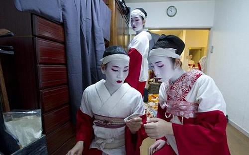 cuoc song cua mot geisha nam sau lop phan trang diem - 9