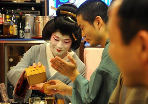 cuoc song cua mot geisha nam sau lop phan trang diem - 10
