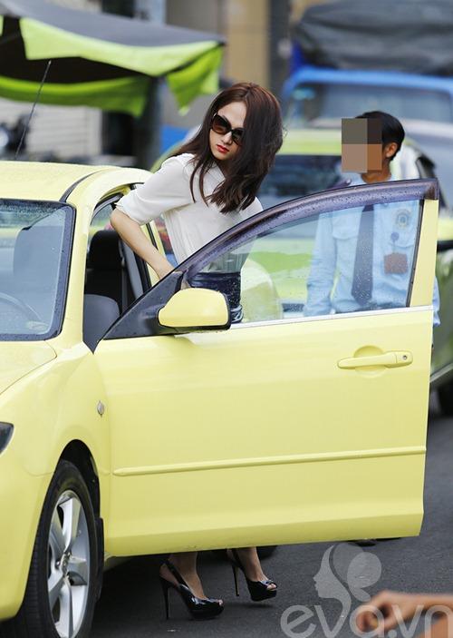 """huong giang idol tu tay lai xe """"binh dan"""" di gap ban be - 3"""