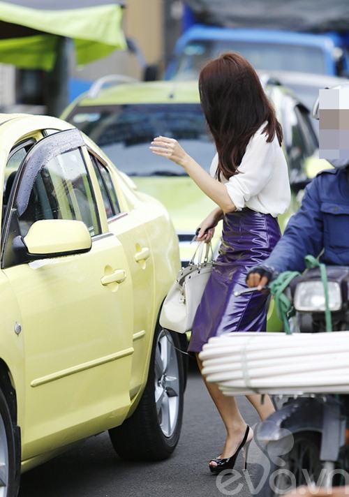 """huong giang idol tu tay lai xe """"binh dan"""" di gap ban be - 4"""