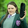 Tin tức - Anh: Đau chân không đi giày đồng phục, nữ sinh bị đuổi học