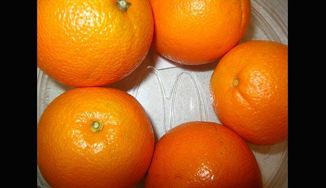 Cam  Nổi tiếng với hàm lượng vitamin C cao, ngoài ra nó cũng là một trong số những loại trái cây có chứa nhiều canxi. Mỗi 100 g cam chứa 40 mg khoáng chất canxi. Mẹ có thể pha nước cam với đường phèn hoặc chút mật ong (với trẻ hơn 1 tuổi) cho bé uống.