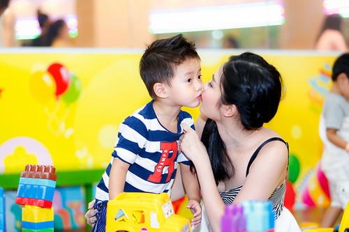 vo chong dang khoi au yem con trai tai su kien - 7