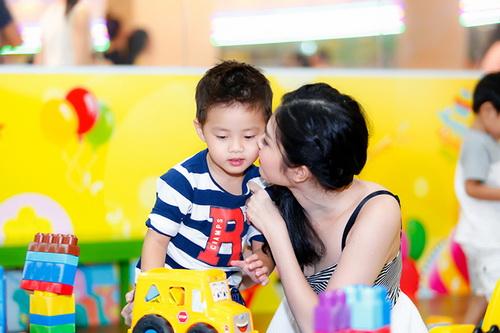 vo chong dang khoi au yem con trai tai su kien - 8