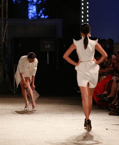 hong que nga song soai tren san dien dep fashion runway - 1