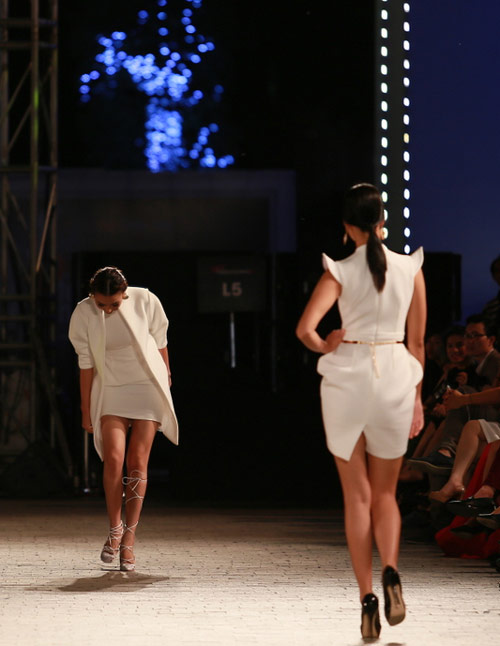 hong que nga song soai tren san dien dep fashion runway - 2