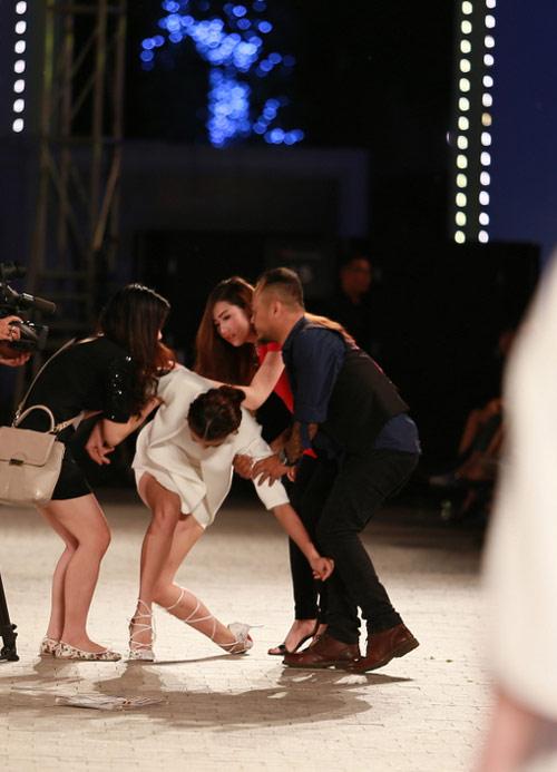 hong que nga song soai tren san dien dep fashion runway - 4