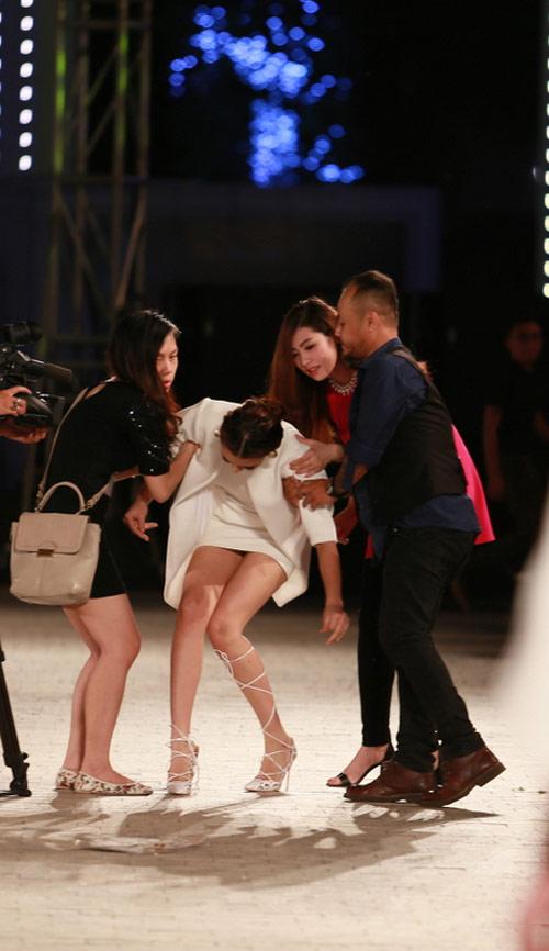 hong que nga song soai tren san dien dep fashion runway - 5