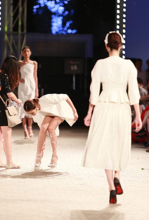 hong que nga song soai tren san dien dep fashion runway - 6