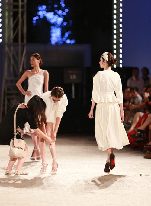 hong que nga song soai tren san dien dep fashion runway - 7