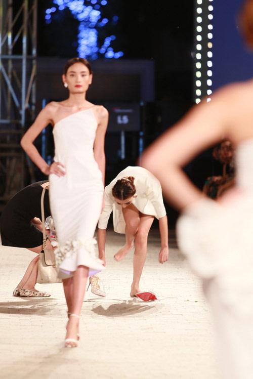 hong que nga song soai tren san dien dep fashion runway - 8