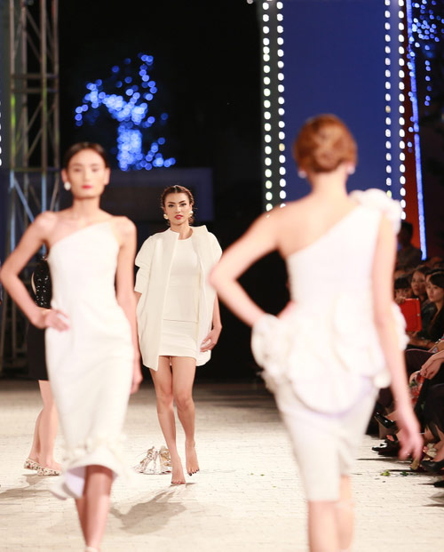 hong que nga song soai tren san dien dep fashion runway - 9