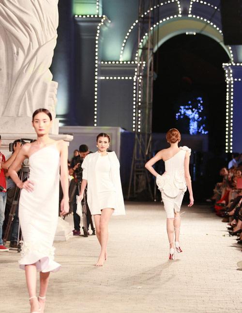 hong que nga song soai tren san dien dep fashion runway - 10