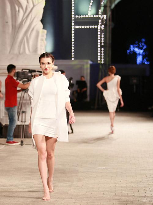 hong que nga song soai tren san dien dep fashion runway - 11