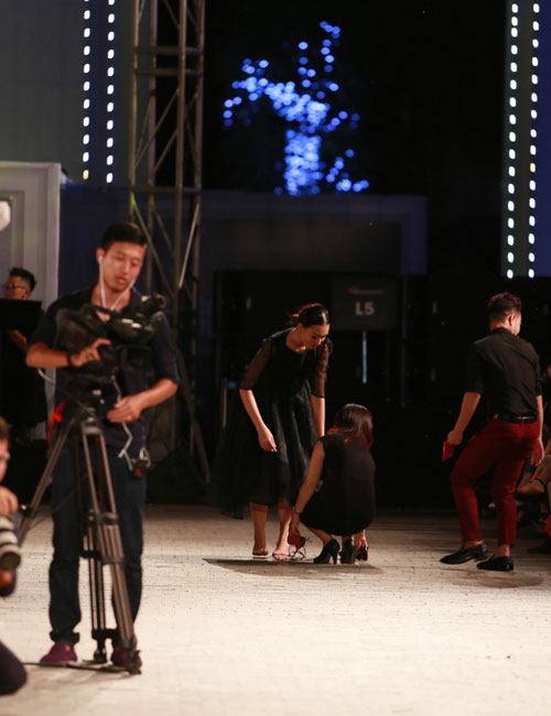 hong que nga song soai tren san dien dep fashion runway - 12