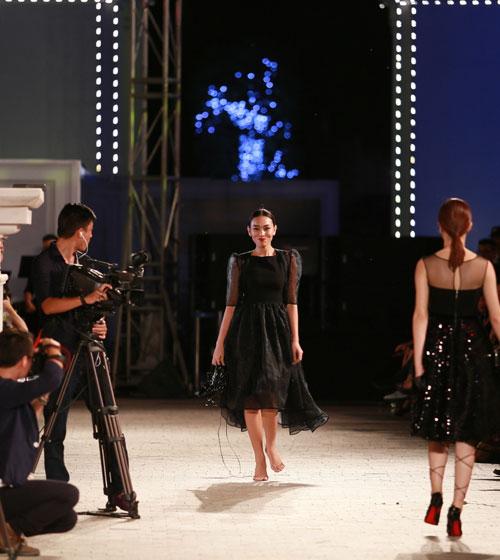 hong que nga song soai tren san dien dep fashion runway - 13