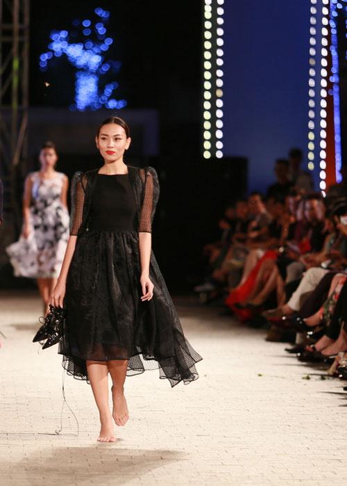 hong que nga song soai tren san dien dep fashion runway - 14