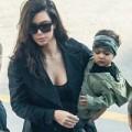 Làng sao - Con gái Kim Kardashian bụi bặm bên mẹ