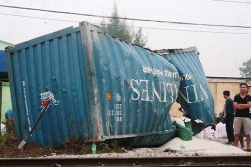 tau hoa dam container, dau may tau lat khoi duong ray - 2