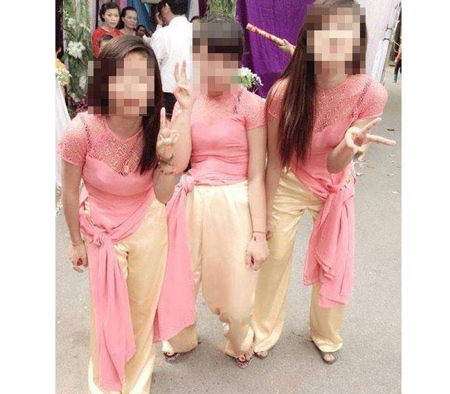 Áo dài là một biểu tượng của vẻ đẹp dịu dàng, nết na của phụ nữ Việt nhưng trang phục truyền thống này đang bị một bộ phận nhỏ các nữ sinh làm xấu xí bởi những cách ăn mặc phản cảm.