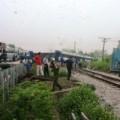 Tin tức - Tàu hỏa đâm container, đầu máy tàu lật khỏi đường ray