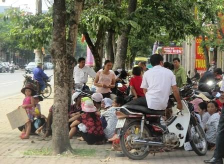 phu huynh cho con di phan doi sap nhap diem truong - 1