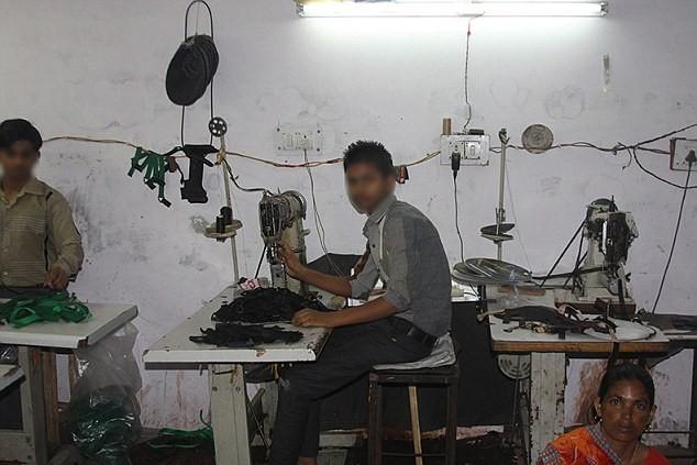 giai cuu 11 be trai an do khoi nha may boc lot suc lao dong - 5