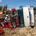 Tin tức - Dân giúp tài xế gom tài sản khi xe chở bia bị lật