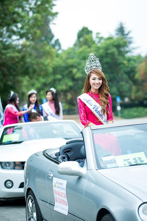 jennifer chung ngoi xe mui tran dieu hanh tren pho my - 2