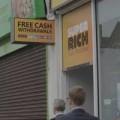 Tin tức - Lạ lùng cây ATM tặng tiền cho người qua đường